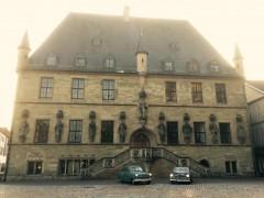 Opel und Volvo vor dem Rathaus Osnabrück